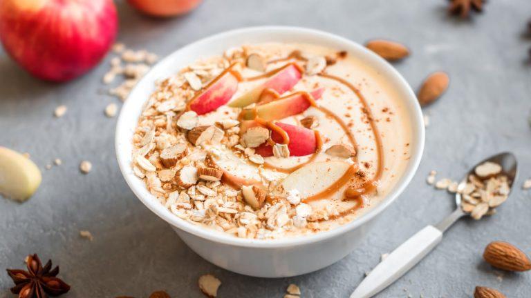 Hagebutte-Apfel-Smoothie-Bowl mit natürlichem Vitamin C von unseren Top 5 Smoothie Bowl Rezepten